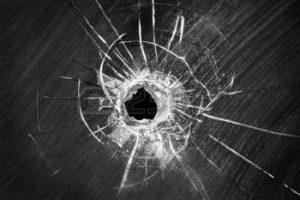 36434232-disparo-de-bala-agujero-agrietada-en-el-parabrisas-del-coche-o-accidente-da-ado-roto-el-vidrio-de-ve